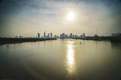 Horizonte de Saigon con el río, Vietnam Foto de archivo