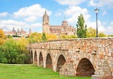 Horizonte de Salamanca con la nueva catedral y el puente romano, región de Castilla y León, España imagenes de archivo
