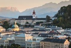 Horizonte de Salzburg con el monasterio de la abadía de Nonnberg en la puesta del sol Fotografía de archivo libre de regalías