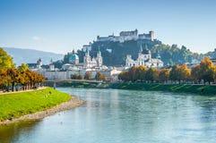 Horizonte de Salzburg con la fortaleza en verano, tierra de Salzburger, Austria imagenes de archivo
