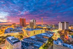 Horizonte de San Antonio, Tejas, los E.E.U.U. en la oscuridad fotos de archivo libres de regalías