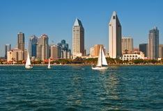 Horizonte de San Diego con los barcos de vela Imagen de archivo