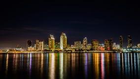 Horizonte de San Diego en la noche fotos de archivo