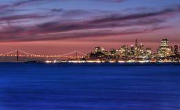 Horizonte de San Francisco, California en la salida del sol Imágenes de archivo libres de regalías