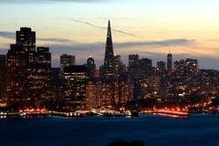 Horizonte de San Francisco de la noche Fotos de archivo libres de regalías