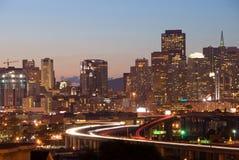 Horizonte de San Francisco en la oscuridad Imágenes de archivo libres de regalías