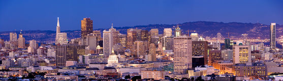 Horizonte de San Francisco en la oscuridad Foto de archivo