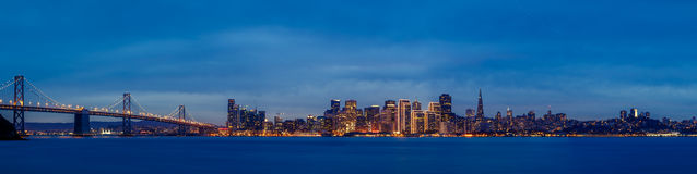 Horizonte de San Francisco en la oscuridad foto de archivo libre de regalías