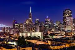 Horizonte de San Francisco en la oscuridad Fotos de archivo