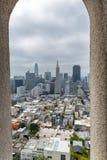 Horizonte de San Francisco enmarcado por arquitectura de la torre de Coit Imagenes de archivo