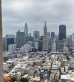 Horizonte de San Francisco enmarcado por arquitectura de la torre de Coit Fotografía de archivo