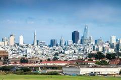 Horizonte de San Francisco de un parque septentrional de la ciudad Foto de archivo