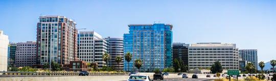 Horizonte de San Jose según lo visto de la autopista sin peaje próxima, Silicon Valley, California imagenes de archivo