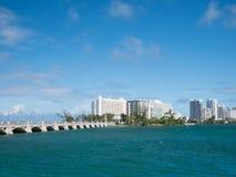 Horizonte de San Juan, Puerto Rico en la playa de Condado foto de archivo