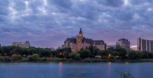 Horizonte de Saskatoon en la noche foto de archivo