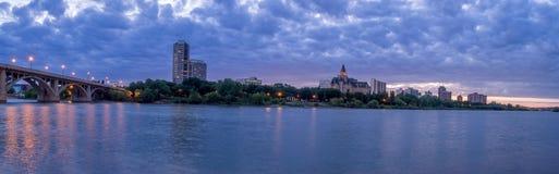 Horizonte de Saskatoon en la noche fotos de archivo libres de regalías