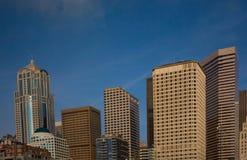 Horizonte de Seattle con el cielo azul fotos de archivo libres de regalías