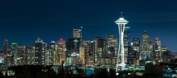 Horizonte de Seattle en la noche Imagenes de archivo