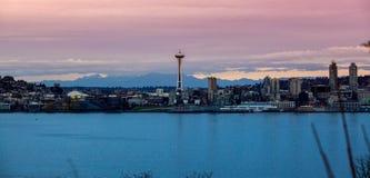 Horizonte de Seattle en la puesta del sol imágenes de archivo libres de regalías