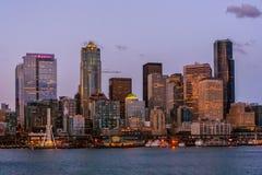 Horizonte de Seattle por noche imágenes de archivo libres de regalías