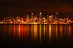 Horizonte de Seattle reflejado Foto de archivo libre de regalías