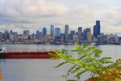 Horizonte de Seattle sobre el río Imagen de archivo libre de regalías