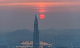 Horizonte de Seul, la mejor vista de la Corea del Sur de la Corea del Sur con la alameda del mundo de Lotte en la fortaleza de Na Imagen de archivo