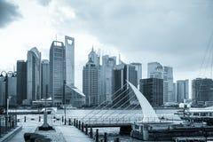 Horizonte de Shangai con el embarcadero Imágenes de archivo libres de regalías