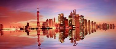 Horizonte de Shangai en el amanecer Fotos de archivo libres de regalías