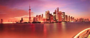 Horizonte de Shangai en el amanecer Fotos de archivo