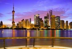 Horizonte de Shangai en el amanecer Foto de archivo libre de regalías