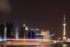 Horizonte de Shangai en el nuevo paisaje de la ciudad de la noche Fotografía de archivo