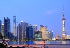 Horizonte de Shangai en el nuevo paisaje de la ciudad de la noche Fotografía de archivo libre de regalías