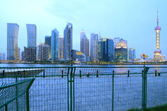 Horizonte de Shangai en el nuevo paisaje de la ciudad de la noche Imagen de archivo