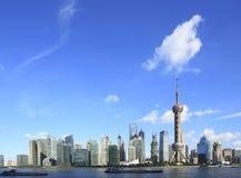 Horizonte de Shangai en el nuevo paisaje de las atracciones Imágenes de archivo libres de regalías