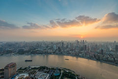 Horizonte de Shangai en la puesta del sol, China Foto de archivo libre de regalías