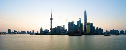 Horizonte de Shangai en la salida del sol Fotos de archivo