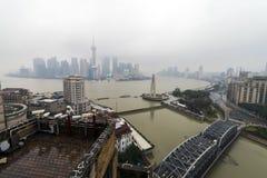 Horizonte de Shangai y el río de Hungapu en día nublado foto de archivo