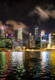 Horizonte de Singapur de la base céntrica en Marina Bay en la oscuridad Fotos de archivo libres de regalías