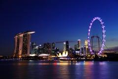 Horizonte de Singapur de la noche en las arenas de la bahía del puerto deportivo Imagen de archivo libre de regalías