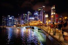 Horizonte de Singapur en la costa por noche Fotografía de archivo