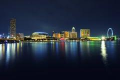 Horizonte de Singapur en la noche. Fotografía de archivo