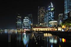 Horizonte de Singapur en la noche Foto de archivo