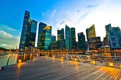 Horizonte de Singapur en la noche Imágenes de archivo libres de regalías