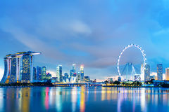 Horizonte de Singapur en la noche Imagen de archivo libre de regalías