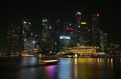 Horizonte de Singapur en la noche Imagen de archivo