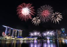 Horizonte de Singapur Marina Bay con los fuegos artificiales imagenes de archivo