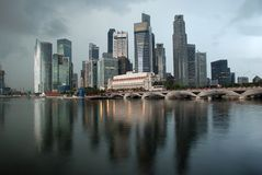 Horizonte de Singapur por la mañana Imagen de archivo libre de regalías
