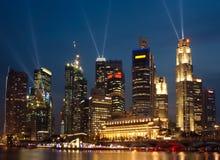 Horizonte de Singapur por noche Foto de archivo libre de regalías