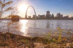 Horizonte de St. Louis, Missouri a través del río Misisipi imagen de archivo libre de regalías